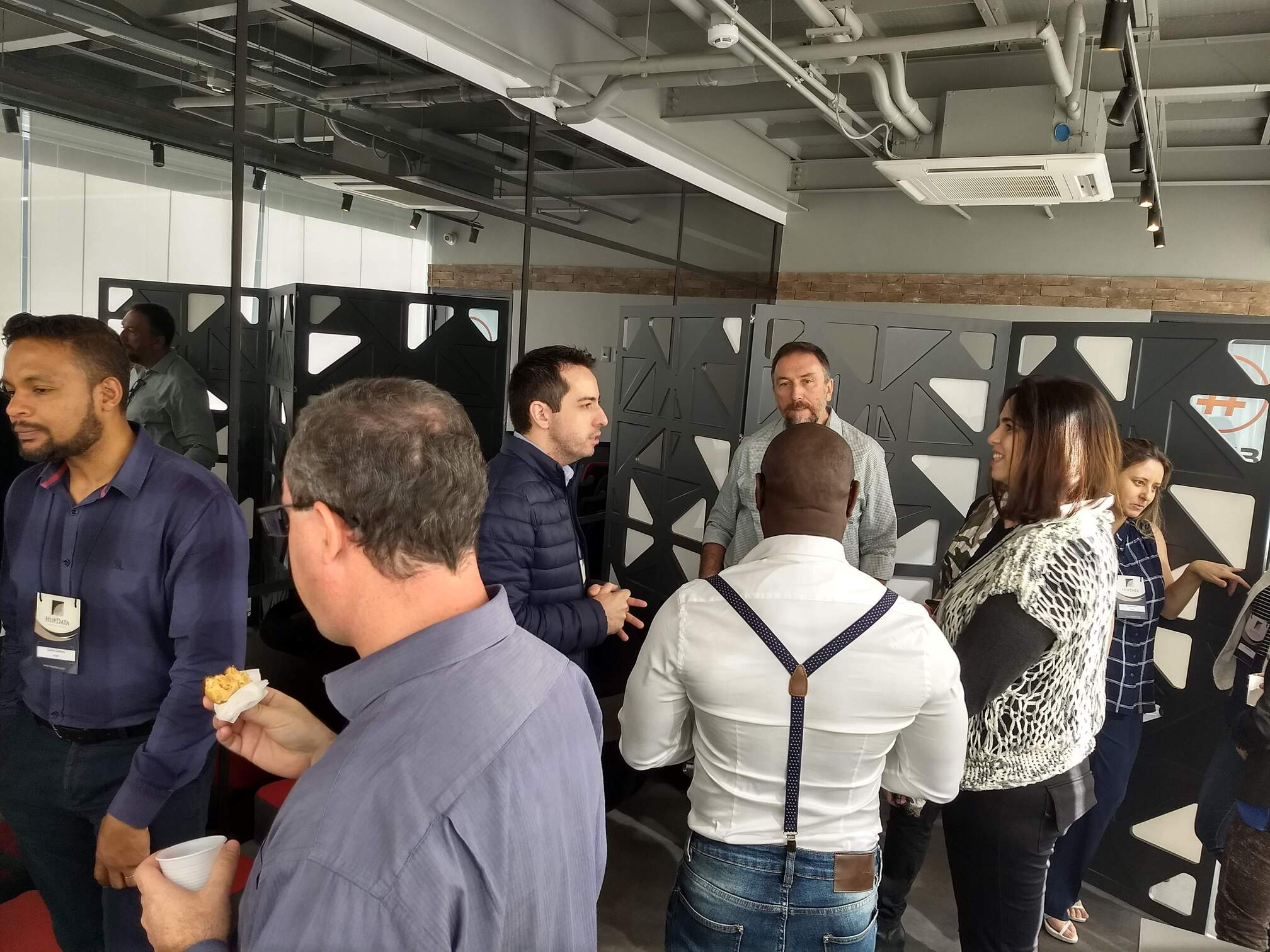 profissionais fazendo trocas de experiência e networking sobre Democratização e Governança de Dados